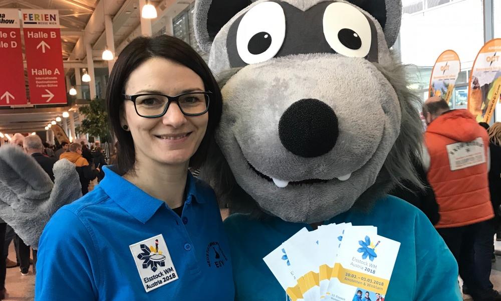 Vize-Weltmeistern Karin Schwarz mit Eisstock WM-Maskottchen Wolfi