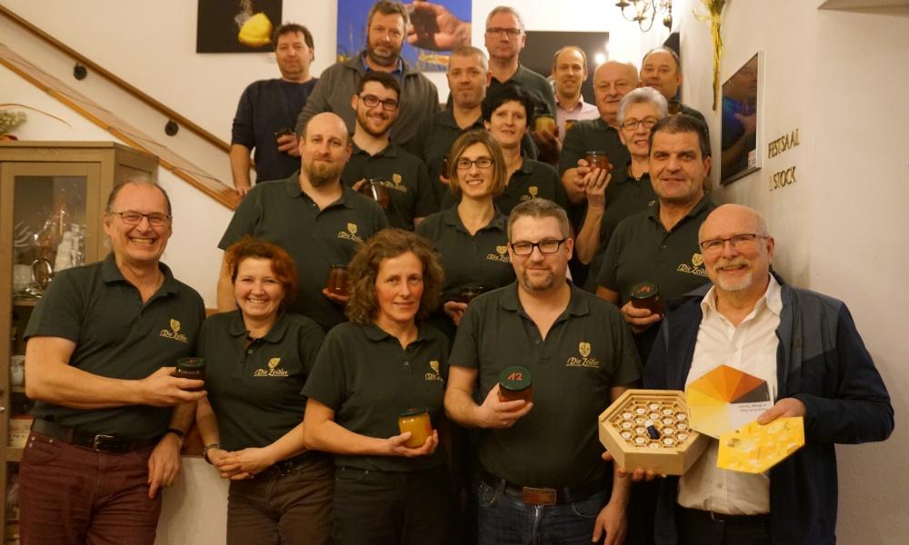Die Zeidler mit Honigreferent IM Ing. Josef Niklas (rechts)