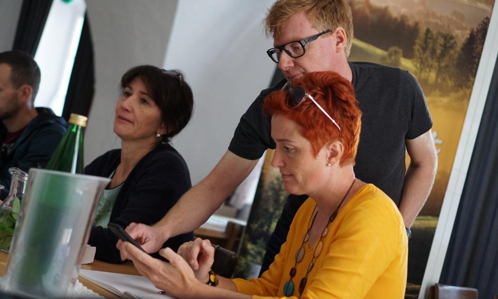 Workshopleiter Wolfgang Lehner beim Erklären der Gratis-Schnitt-App