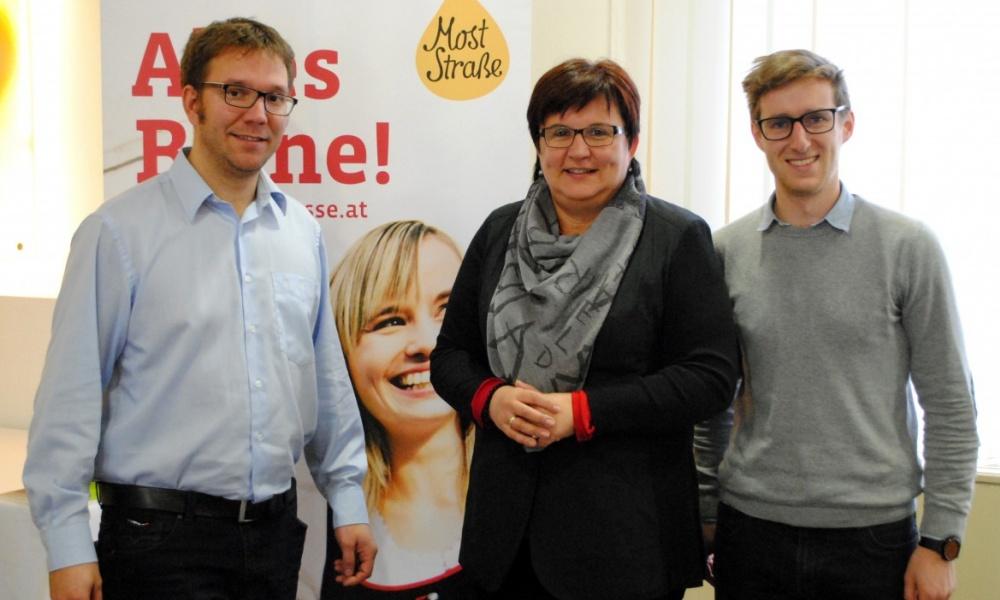 Foto (v.l.n.r.): Christian Haberhauer, Moststraße-Obfrau LAbg. Bgm. Michaela Hinterholzer, Michael Tanzer