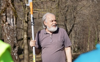 Ing. Georg Schramayr beim Obstbaum schneiden