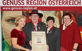 Foto vlnr.: GenussRegion Österreich-Obfrau Margareta Reichsthaler, Toni und Irmi Distelberger, LAbg. Bgm. Michaela Hinterholzer, Copyright mostropolis.at / Didi Rath